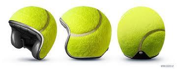 Casco de moto con pelota de tenis impresa
