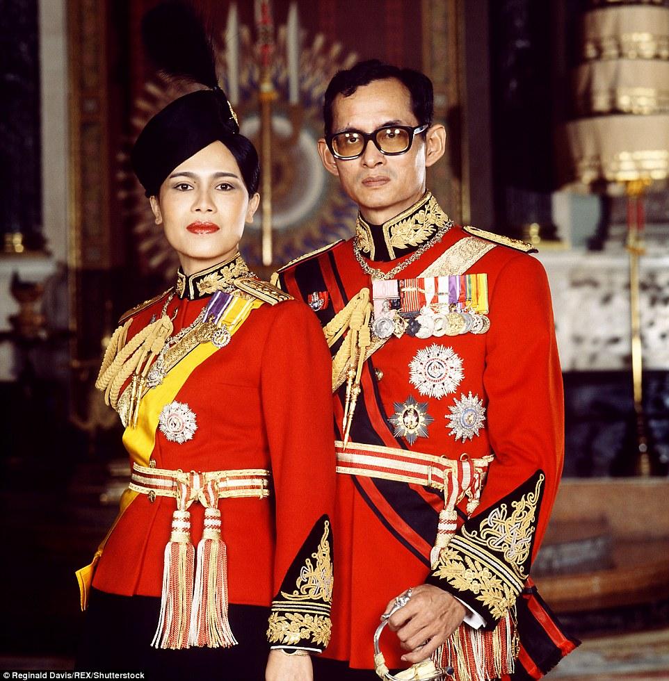 """พระราชินี: พระราชพิธี """"ราชาภิเษกสมรส"""" คู่พระบารมี ในหลวง-พระราชินี"""
