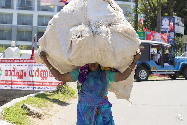 mujer en la calle de Kerala india