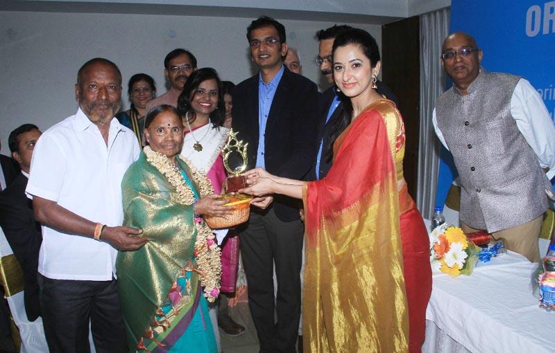 Actress Radhika Chetan felicitating the organ donor
