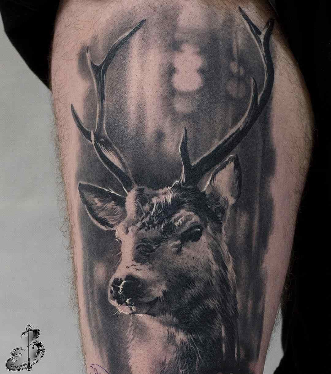 Vemos un tatuaje en blanco y negro de ciervo