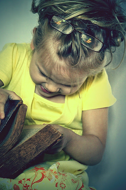 Kind blättert in antikem Buch