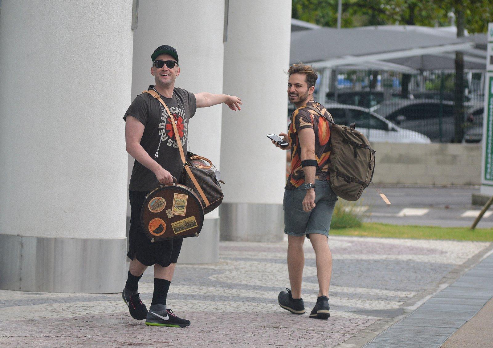 Paulo Gustavo desembarca com o marido no Rio após férias nos EUA