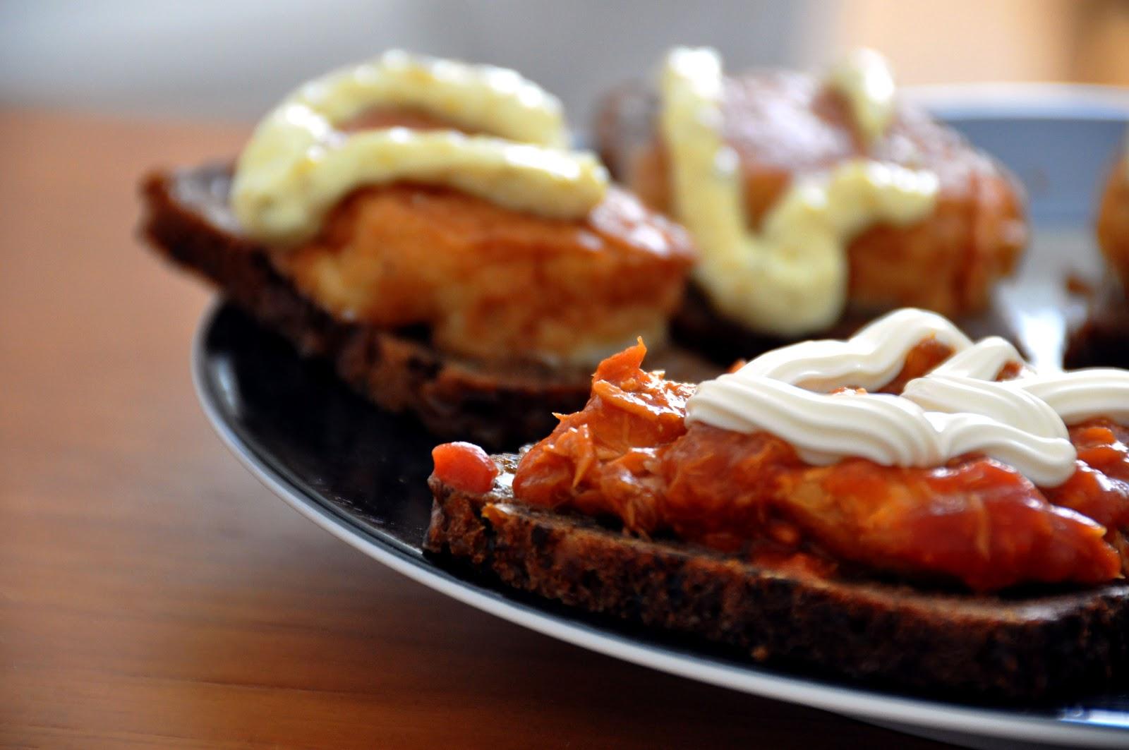 ライ麦パンのフィッシュケーキとサバのトマト煮