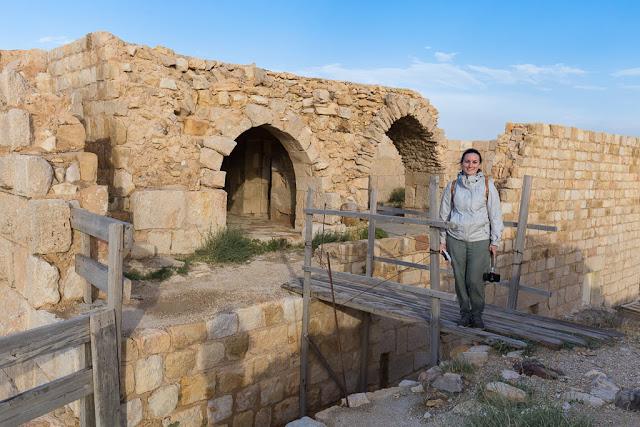 Cruzando un puente de madera en el castillo de Shobak, Jordania