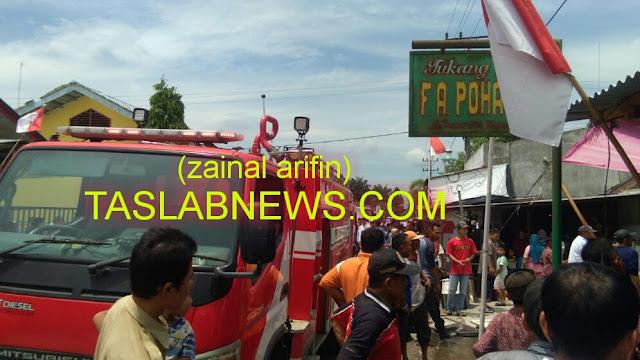 Warga menyaksikan rumah yang terbakar di Sei Dadap.