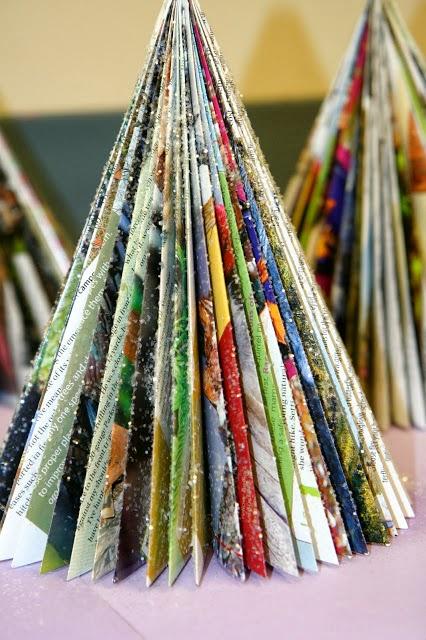 Árbol de Navidad hecho con hojas de revistas