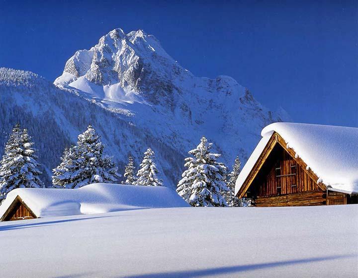 dağlara bakan evlerin karlı resimleri