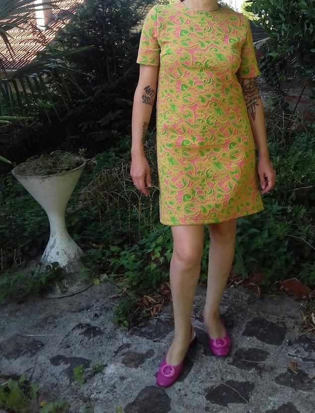 robe trapeze avec le patron Simplicity 7755 de 1968 et un tissu années 70 motif cachemire pris en brocante en février dernier ( https://crazeegirl-wears-vintage-dress.blogspot.com/2018/02/brocante-waterloo-et-puces-bruxelles.html )  A-line dress , Simplicity 7755 pattern , golden pink green paisley fabric
