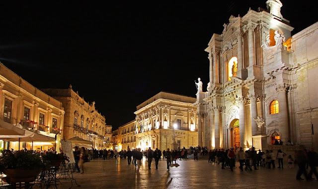 Passeio pela Piazza Duomo em Siracusa