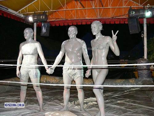 Amazing World: Women Mud Wrestling