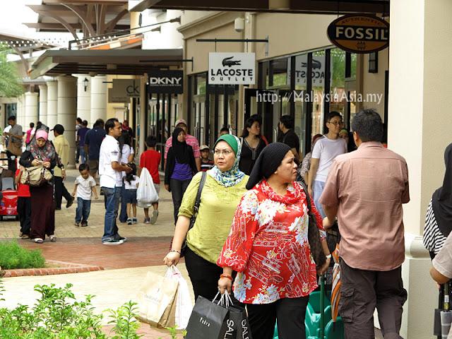 Johor Premium Outlets Shoppers