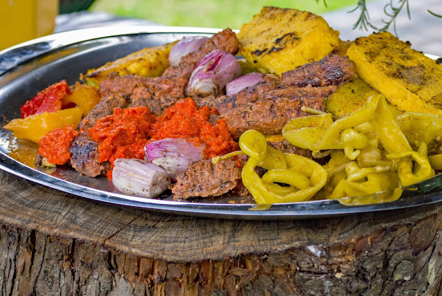 cevapcici, salsa ajvar, polenta, scalogno e peperoni.
