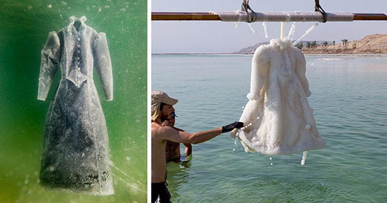 Artista deja un vestido en el Mar Muerto durante 2 años y se transforma en un vestido de cristal de sal