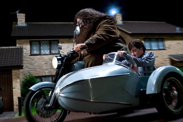 Хагрид и Хари в летящия мотор на Сириус в Хари Потър и даровете на смъртта