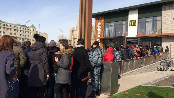 Сотни людей пришли на открытие первого в Казахстане McDonald's