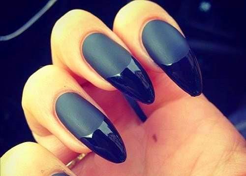 Uñas decoradas con negro brillante y mate.