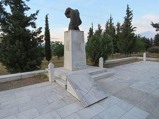 Obelisk ku pamięci siedmiuset Tespijczyków.