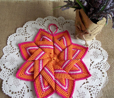 http://liliacraftparty.com/2018/12/10/christmas-star-pot-holder-crochet-pattern/