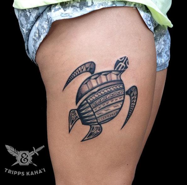 Un tatuaje polinesio de tortuga en la pierna de una chica