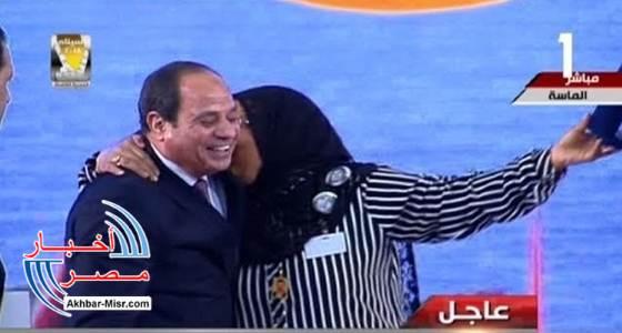 أم مثالية تقبّل الرئيس السيسي