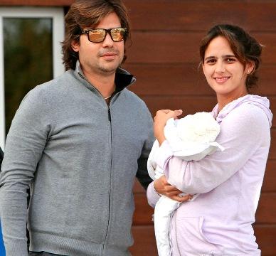 Foto de Antonio de la Rúa con su mujer y su 2do. hijo