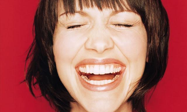 Τι φανερώνει ο τρόπος που γελάμε;