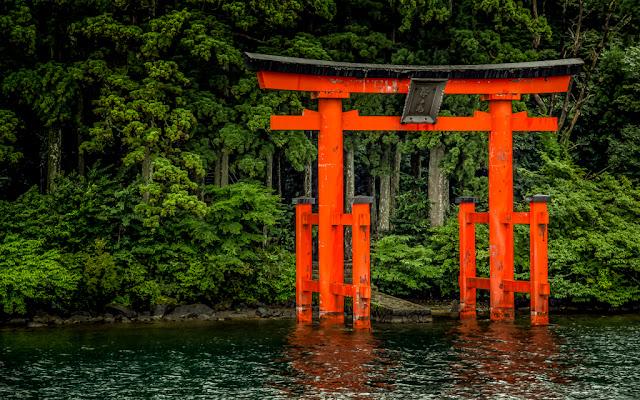 Torii en el lago Ashi :: Canon EOS5D MkIII | ISO200 | Canon 24-105@105mm | f/5.0 | 1/100s