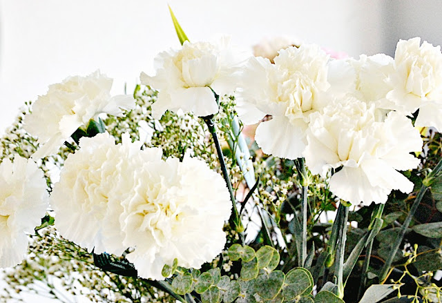 white carnations-baby's breath, decorating tips and shopping ideas