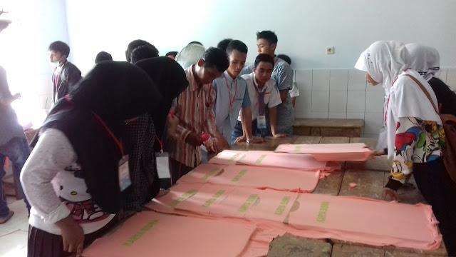 SMK Bustanul Ulum - Dalam rangka memajukan kualitas anak bangsa Dinas Pendidikan Provinsi Jawa Timur menciptakan SMK Mini di pondok pesantren, dan SMK Bustanul Ulum yang kebetulan di bawah naungan Pondok Pesantren Bustanul Ulum mendapatkannya dalam kategori Sablon dan Konfeksi.