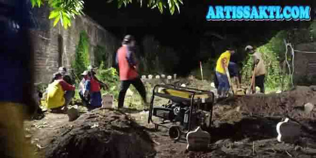 2 lubang itu untuk 2 jenazah terduga teroris disiapkan di Pemakaman Mr X Pucang