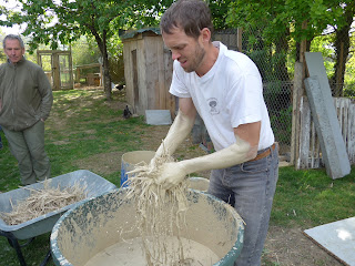 Préparation de la couche isolante du four en terre lors d'un stage