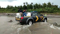 Kapolsek Tonjong Jadi Driver Mobil Pengangkut Logistik Pemilu di Daerah Terpencil