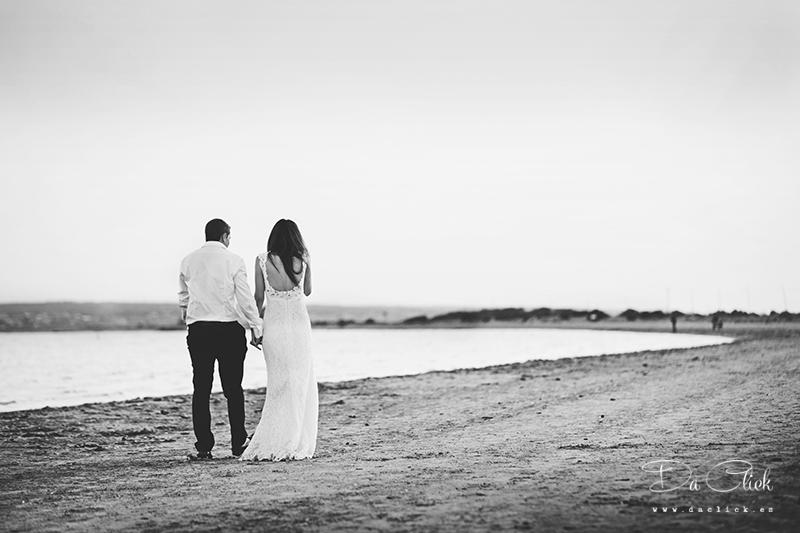 novios caminando por la playa
