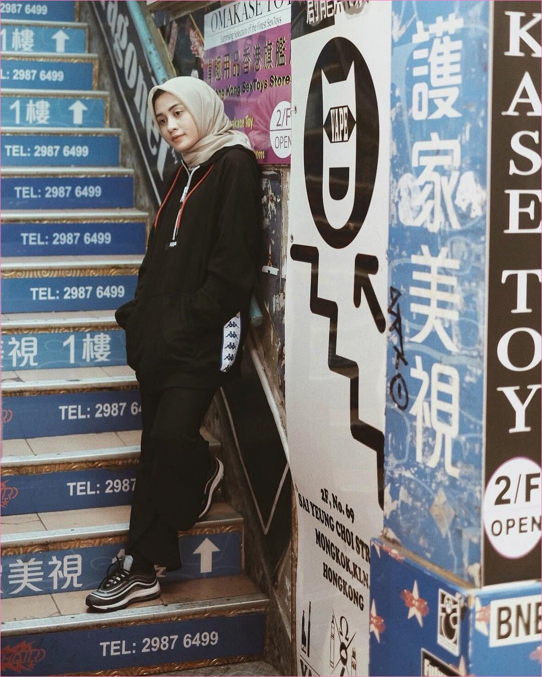 Outfit Baju Hijab Casual Untuk Olahraga Ala Selebgram 2018 sneakers kets sepatu olahraga jaket hoodie sweater hitam gaya casual kain katun rayon jogging goes 2018 hijab segiempat krem tangga selebgram jepang stiker biru muda pink