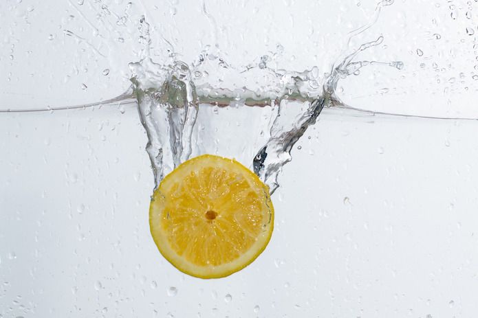 limón sumergido en agua