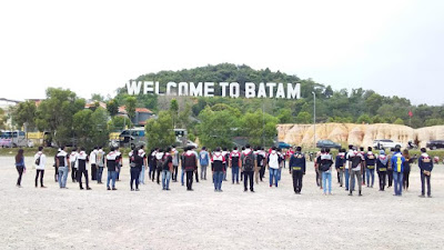 Upacara Bendera di depan Welcome to Batam