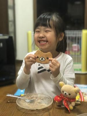 お母さん特製・リラックマケーキを笑顔で頂く今日子