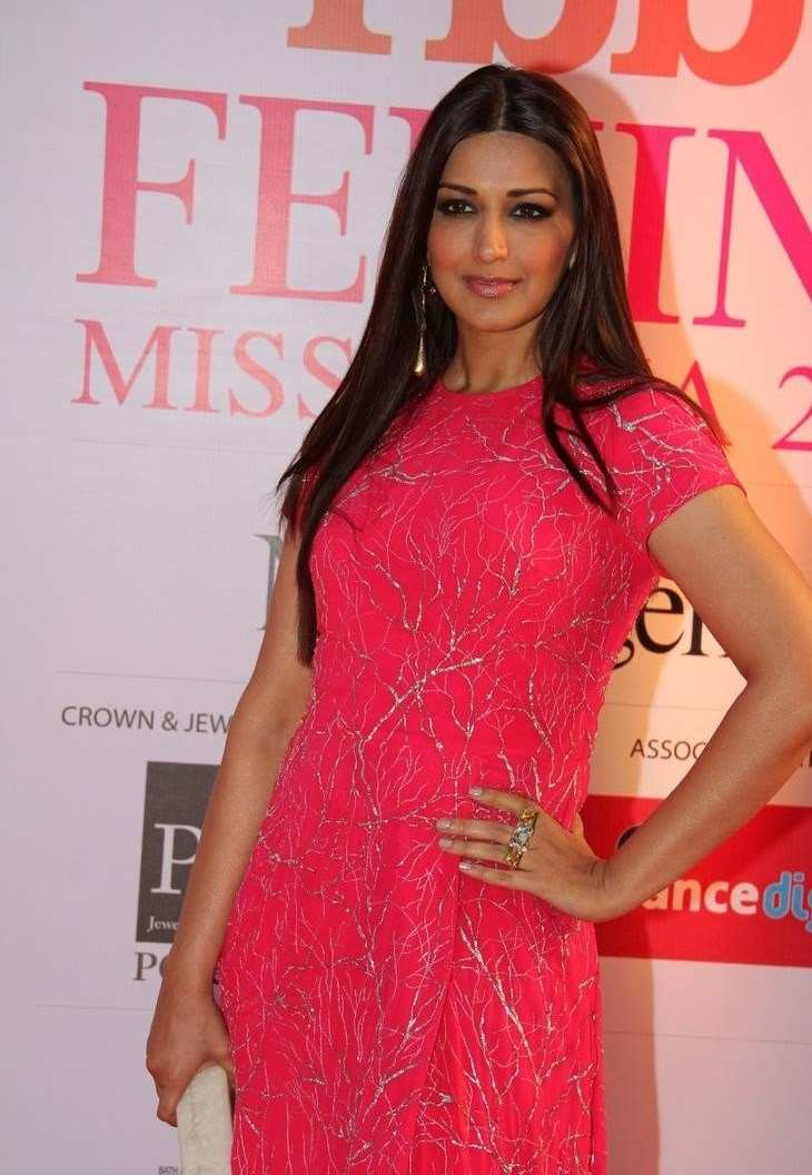 Sonali Bendre at Femina Miss India Grand Finale In Red Dress