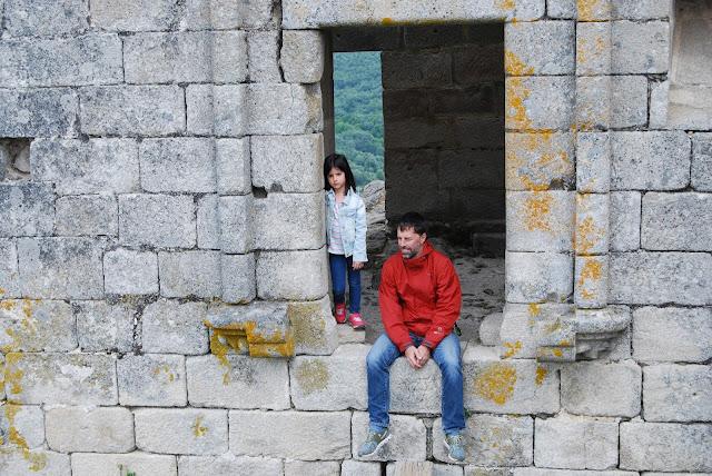 Padre e hija asomados a una de las ventanas del castillo de Trevejo