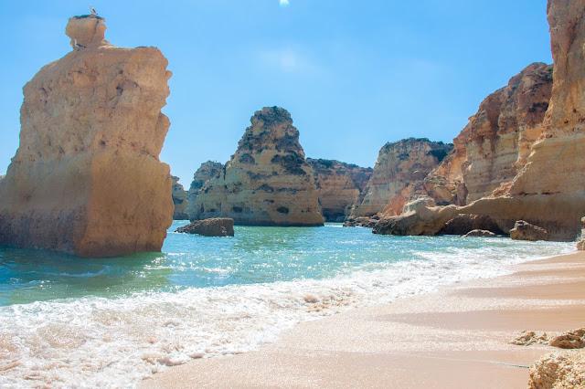 Praia da Marinha, no Algarve, em Portugal.