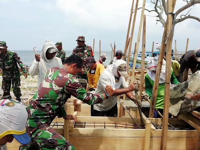 Kodim 0421 dan Masyarakat Gotong Royong Perbaiki Dermaga Canti Rajabasa