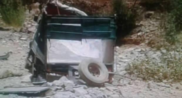 +صور:سقوط شاحنة في منحدر خطير ضواحي تزنيت بعد أن انفصلت منها عجلاتها