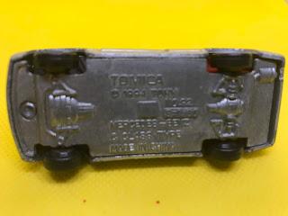メルセデスベンツ Cクラス のおんぼろミニカーを底面から撮影