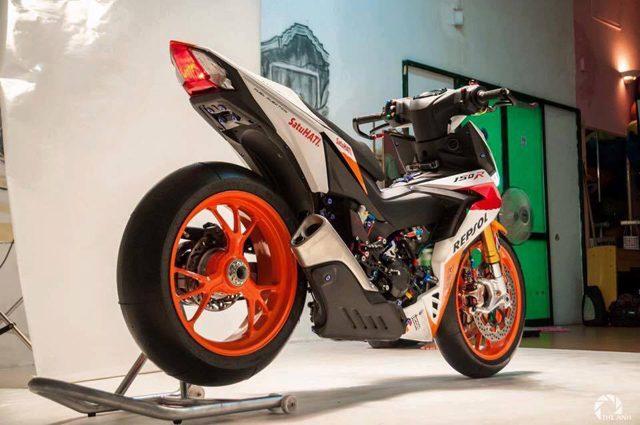 Modifikasi Honda Supra GTR 150 ini cetar membahana, pakai banyak part moge sob !