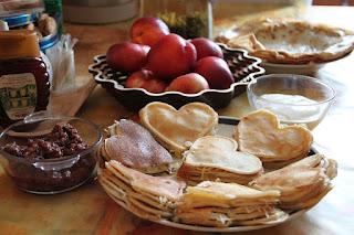 crêpes, pancakes en forme de coeur pour la Chandeleur, la Saint-Valentin