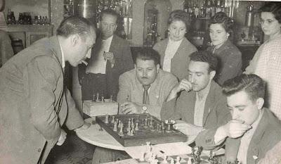 Lladó dando unas simultáneas de ajedrez en La Pobla de Lillet en 1957
