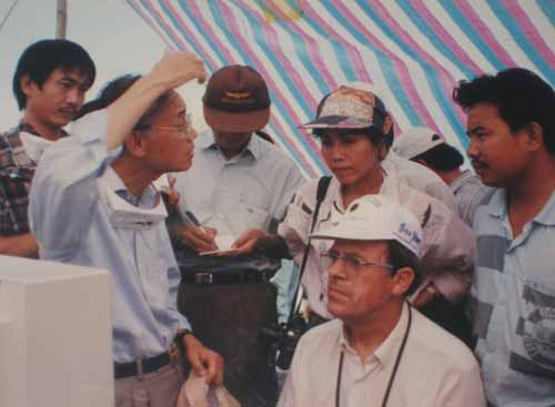 Trên núi Tà Zôn (Bình Thuận), giáo sư tiến sĩ Nguyễn Quang Riệu (huơ tay) và kỹ sư Bernard Darchy (ngồi trước máy tính) trò chuyện với các nhà báo. Hình ảnh: Đào Ngọc Đồng/Phanxipang blog.
