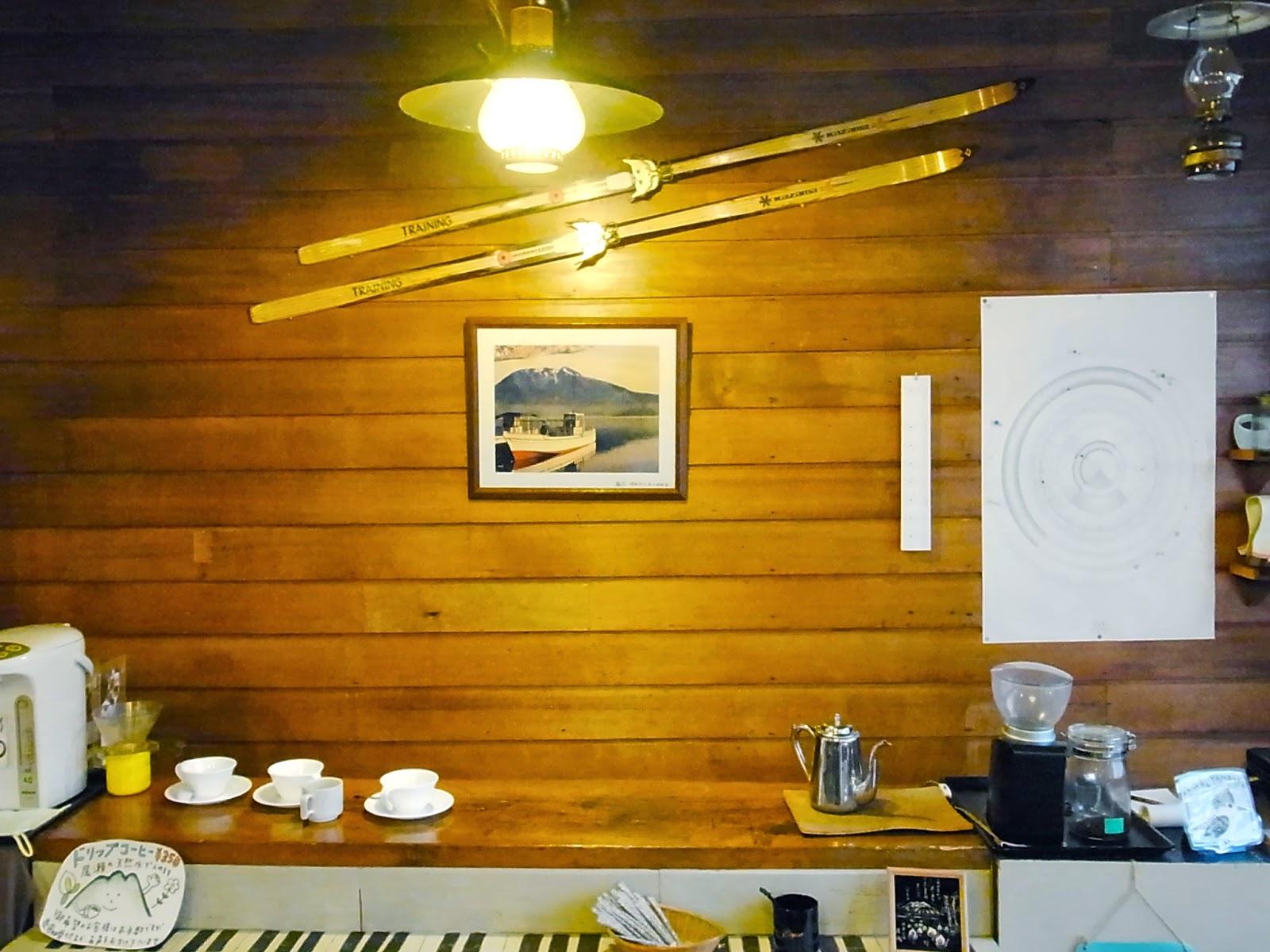 コーヒーカウンターとクロスカントリースキー用の板