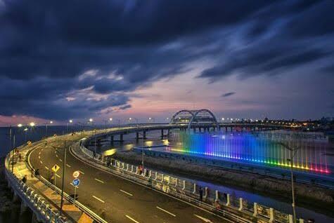 Air Mancur Menari Berwarna-warni Jembatan Suroboyo